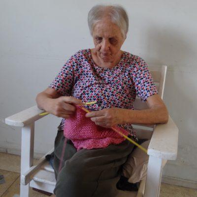 Dora tricotando