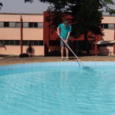 Edmilson limpando piscina