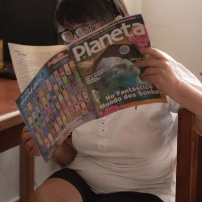 Maria Sílvia lendo revista